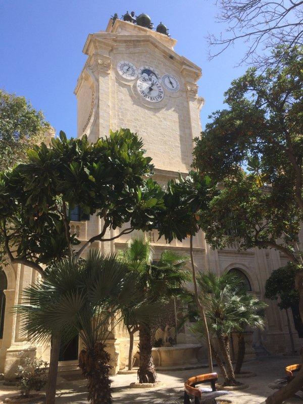 Innenhof mit Pinto-Uhr (Großmeisterpalast, Valletta)