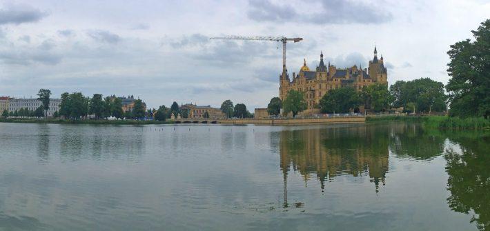 Blick über den Burgsee auf das Schweriner Schloss