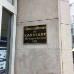 Plakette am Karstadt-Stammhaus in Wismar