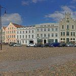 Auf dem ein Hektar großen Marktplatz befindet sich auch das Wahrzeichen der Stadt, die Wismarer Wasserkunst (rechts)